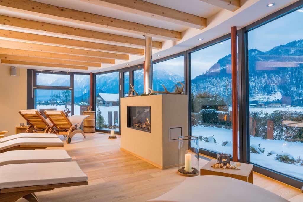 SALZANO Hotel - Spa - Restaurant in Interlaken / Wellness - Alpin Spa - Ruheraum mit Bergsicht und Kamin
